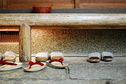 kurpes atstāj aiz durvīm